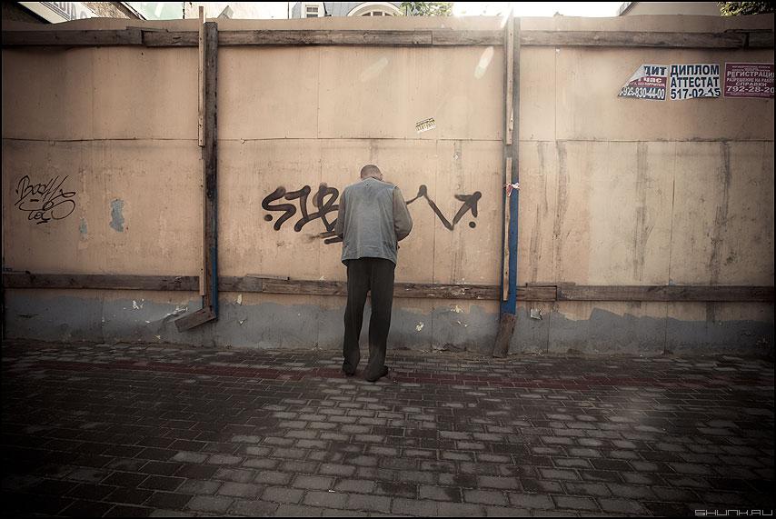 100 ять - мужик забор стена стоять люди уличное фото фотосайт