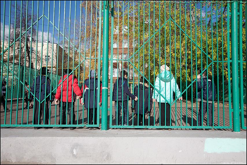 У забора - дети забор уличное стоять фото фотосайт