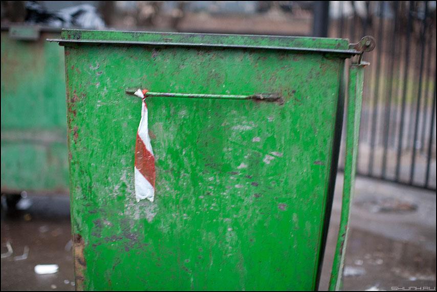 Мусорня с летночками - мусорный бак уличное ленточка акция повежиленточку фото фотосайт