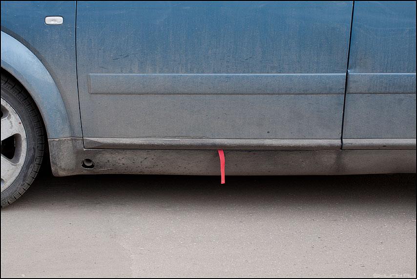 Дразнится - машина улица язычек синяя красный элементы уличное фото фотосайт