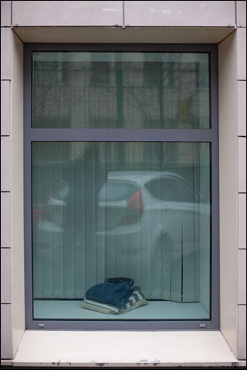 Аккуратность - окно вещи я отражение автомобиль брюки фото фотосайт