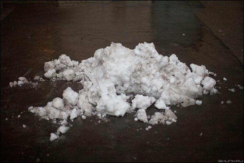 Тучка с неба - тучка снег кучка асфальт уличное фото фотосайт