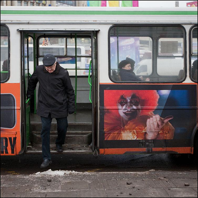 Вам направо - автобус выход реклама квадратное неожиданно фото фотосайт