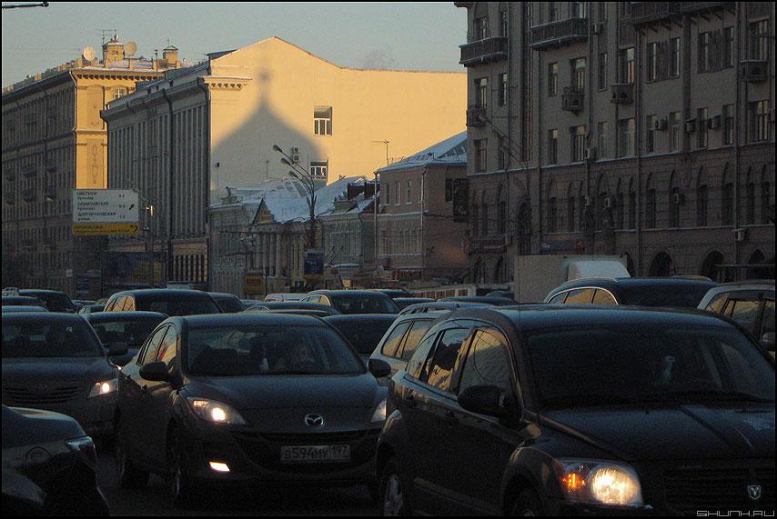 Господь с нами - тень город пробки мороз зима садовое москва церковь фото фотосайт