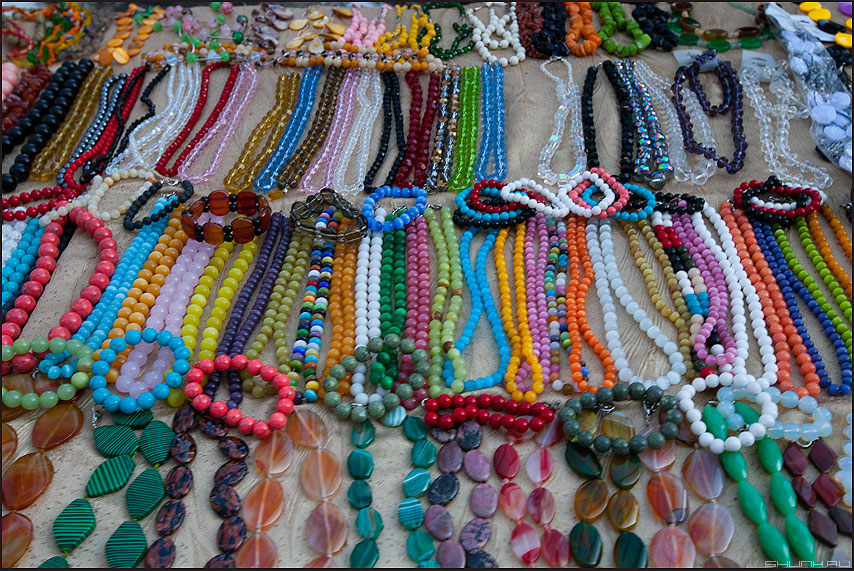 Побрякушки - бусы торговля уличное элементы фото фотосайт
