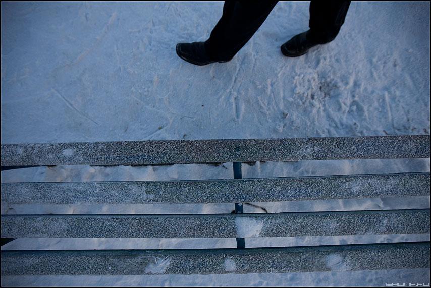 Шире шаг - ноги лавка скамейка зима элементы фото фотосайт