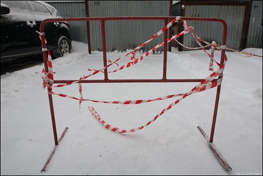 Пестрая лента - лента ограждение зимнее снег гаражи авто фото фотосайт