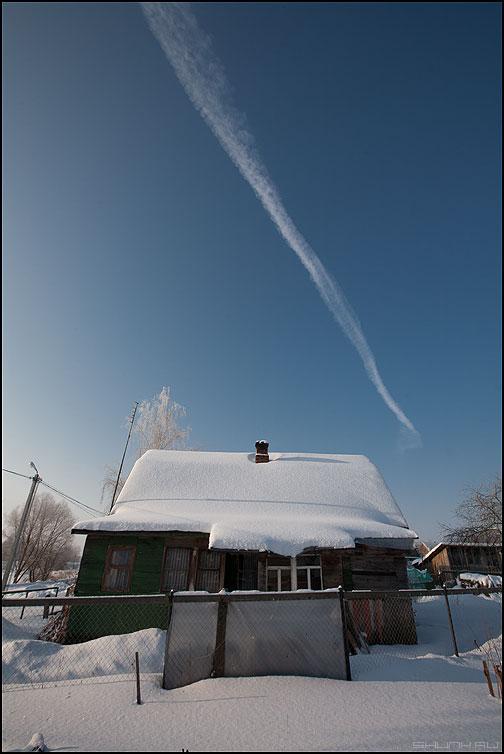 Обратный слэш - зима небо дом деревня самолет след фото фотосайт