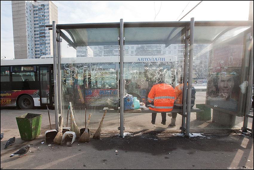 Инвентарь - остановка дворники оранжевое портрет реклама веники совки фото фотосайт