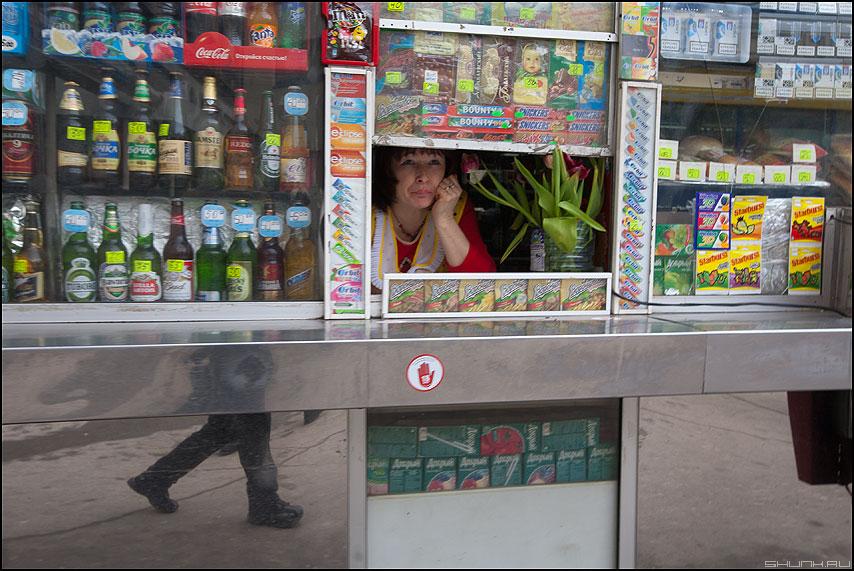 Скоро 8 марта - ноги палатка тюльпаны продавщица фото фотосайт