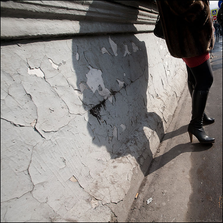 Штукатурка - тени штукатурка стена тень уличное женщина каблуки фото фотосайт