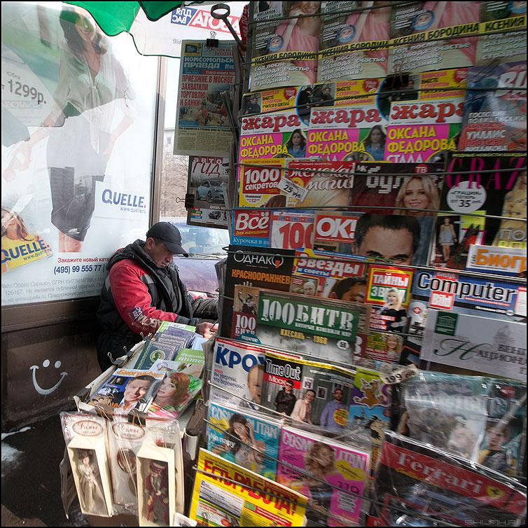 Газетчик - журналист - квадрат профессия мужик газеты журналы фото фотосайт