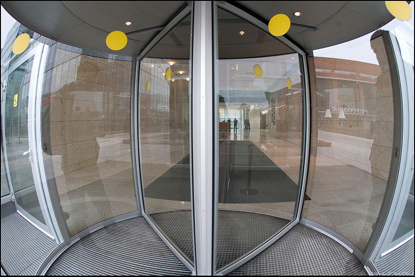 Крученая дверь - дверь пространство геометрия кружки желтые фото фотосайт