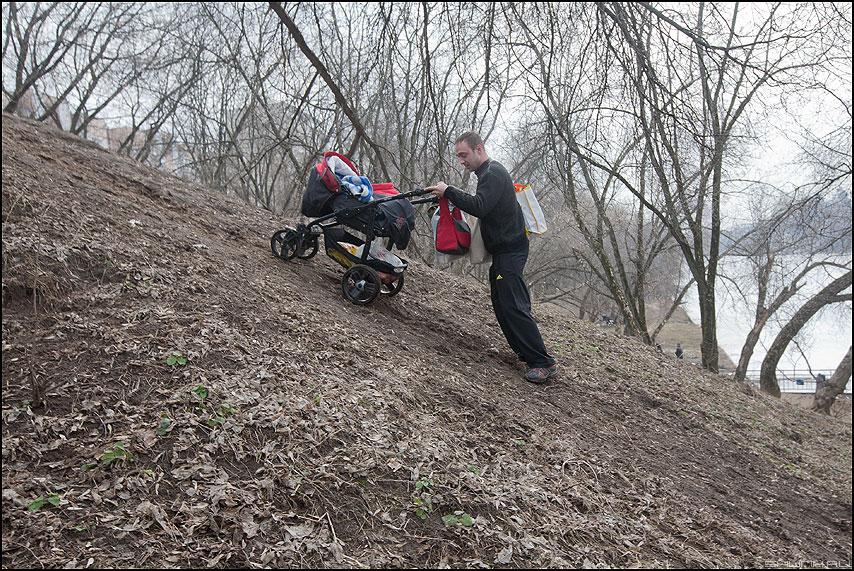 Если гора не идет к Магомеду... - мужик коляска гора весеннее деревья фото фотосайт