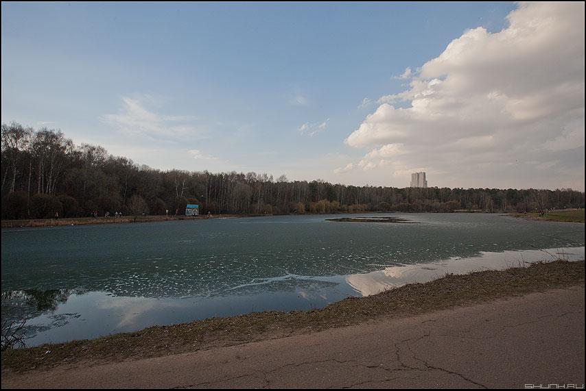 В Покровском Стрешневе - лед пруд лес небо облака дом уродство фото фотосайт