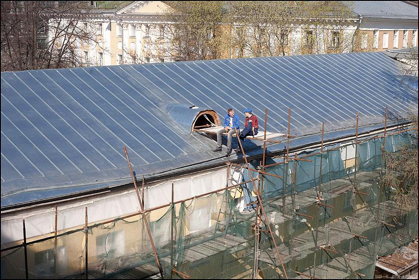 Немного романтики - пара рабочие крыша разговор оцинковка фото фотосайт