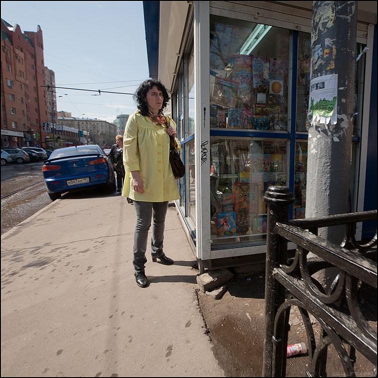 В желтом - квадратное уличное люди желтое девушка кисок фото фотосайт
