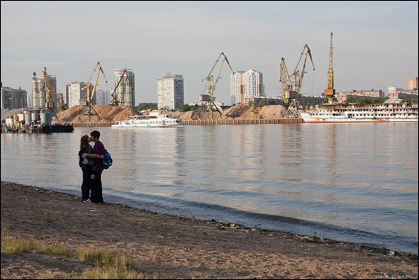 Индустриальный поцелуй - поцелуй парочка берег краны флот река порт фото фотосайт