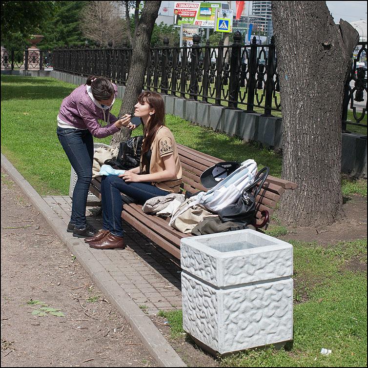 Подкрасить - уличное девушки краситься лавочка парк квадратное фото фотосайт