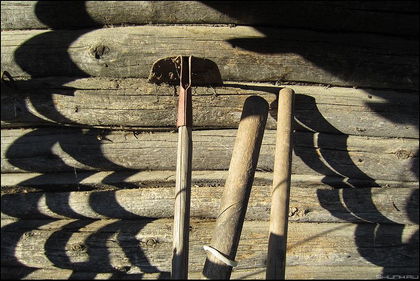 Лыжи у печки стоят - бревна деревня тени тяпка деревенское фото фотосайт