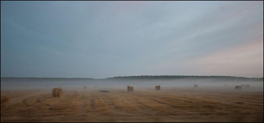 Нивы сжаты рощи еще не голы - деревня поле копны катышки туман лес фото фотосайт