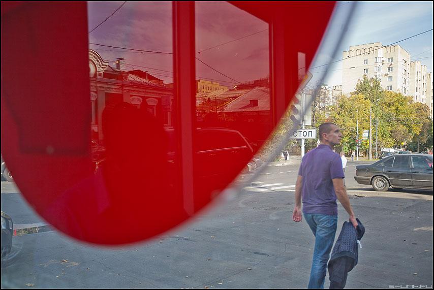 Мысли о главном - парень витрина уличное красное идти фото фотосайт