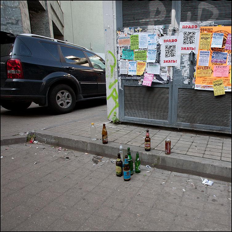Вот она, наша Страна! - уличное авто реклама квадратное бутылки мусор страна россия фото фотосайт