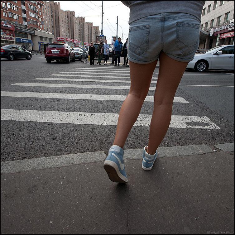 Мяться - переход девушка ноги полоски шорты сентябрь фото фотосайт