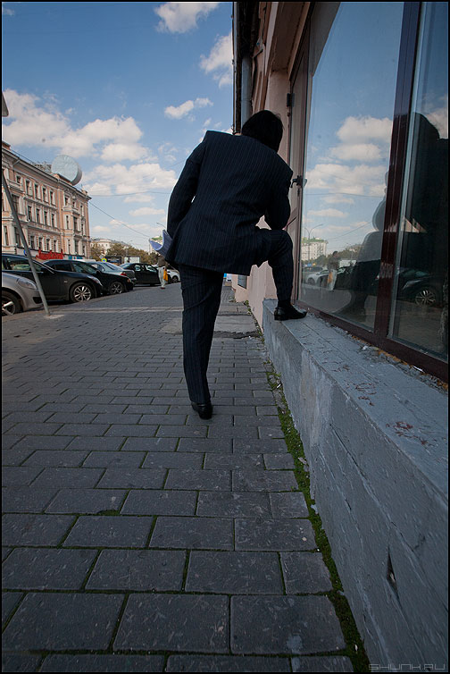 Ногано - мужик улица мох небо витрина город отражение ноги фото фотосайт