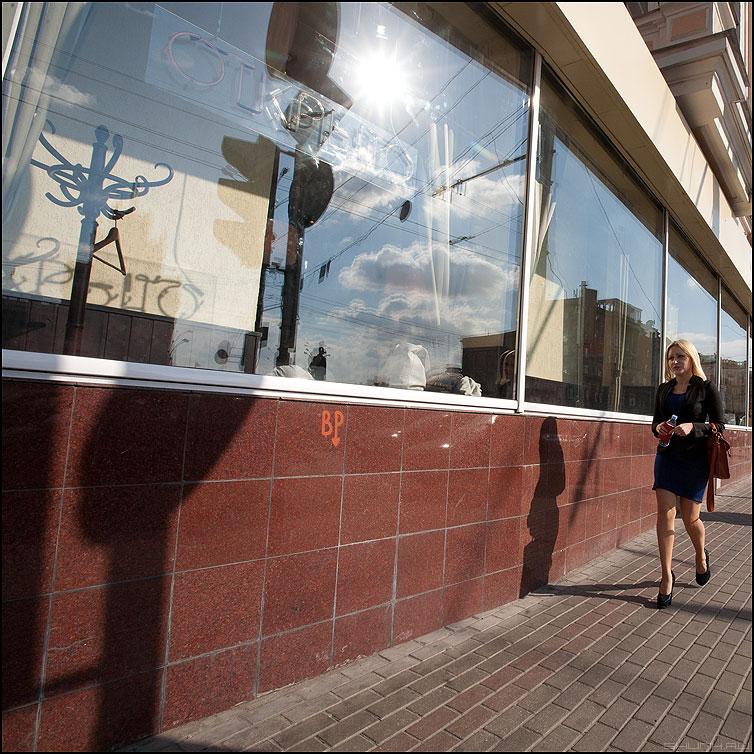 Вешалка - девушка квадрат люди уличное отражение витрина вешалка фото фотосайт