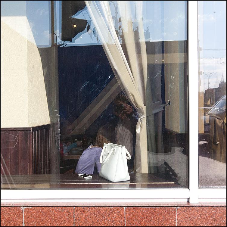 Там за стеной, за стеночкою, за перегородочкой - сумка белая отражение я витрина фото фотосайт