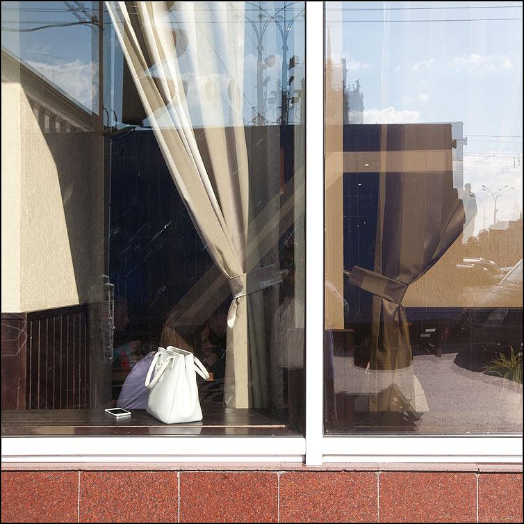 Соседушка с соседушкою баловались водочкой - витрина отражение сумка белая вариант фото фотосайт