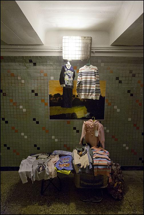 Искусство в массы - переход выставка торговля шашечки кофточки фото фотосайт