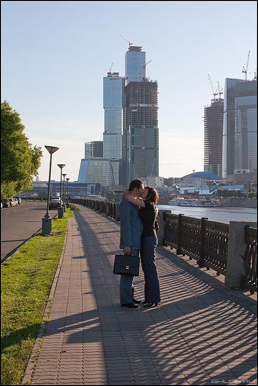 Love is ... - пара москва сити парочка поцелуй любовь фото фотосайт