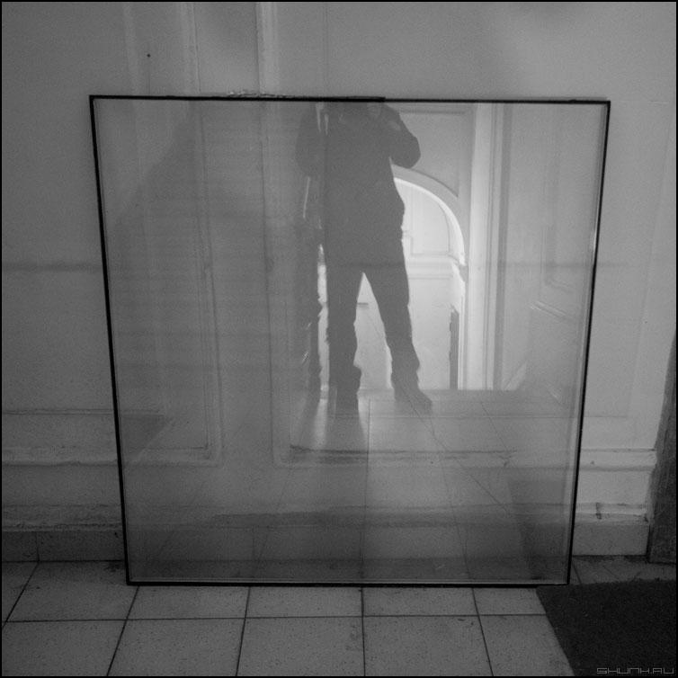 Мама мыла раму - я рама стекло квадрат люди отражение чб фото фотосайт