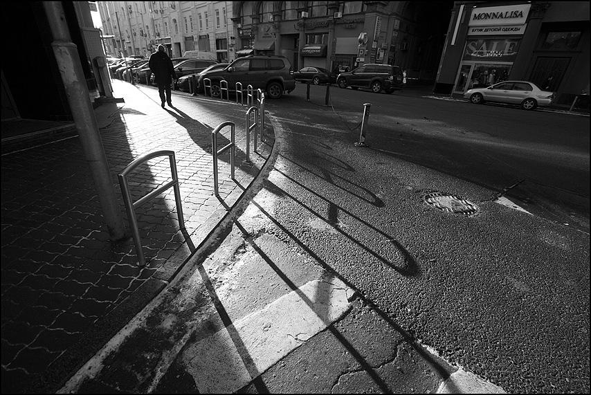 Против света - чернобелое идти тень свет уличное фото фотосайт