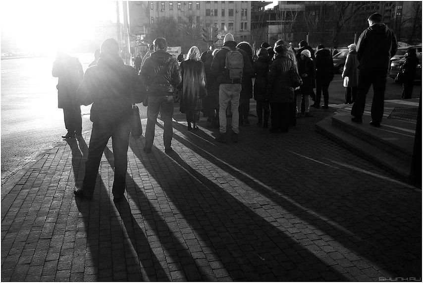 Солнца свет - солнце весна чернобелое свет люди переход город тени фото фотосайт