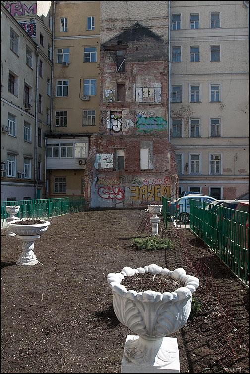 Благоустройство дворов - двор клумбы развалина дом этажи центр фото фотосайт