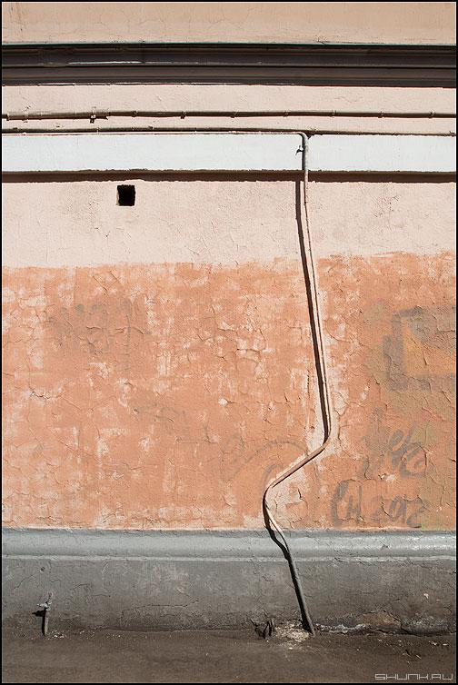 Зигзаг удачи - кривая труба элементы стена фото фотосайт