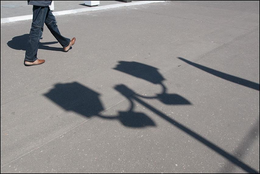 Хватать за ноги - тени ноги уличное асфальт фото фотосайт