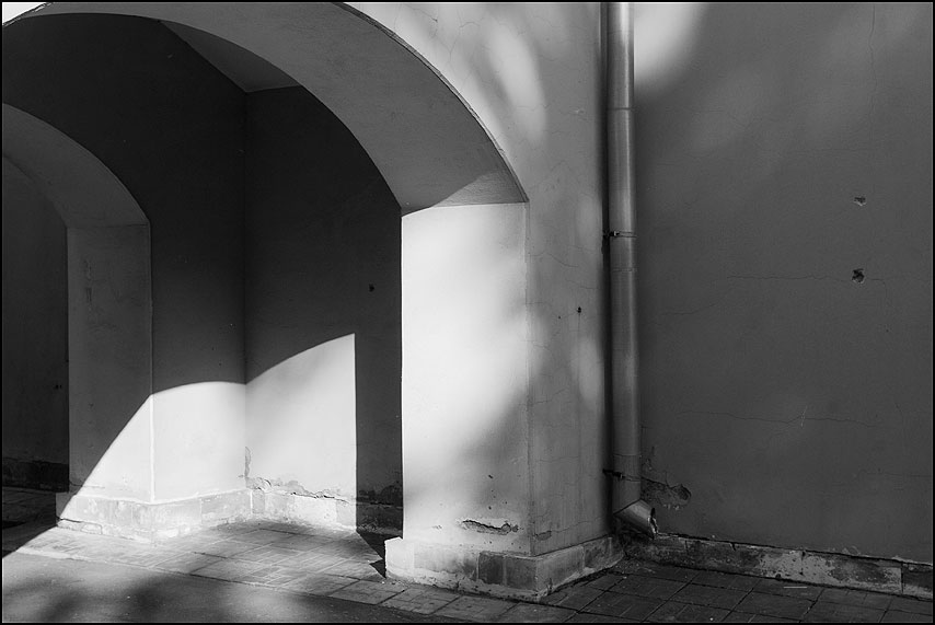 Полуарка - арка чернобелое труба слив музей прхитектура фото фотосайт