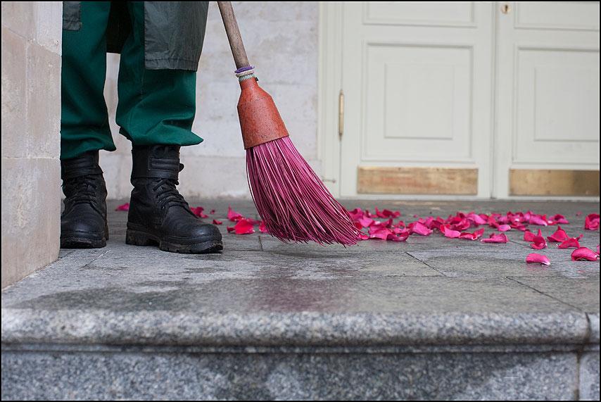Мести - мести керза ботинки метла дворник лепестки фото фотосайт