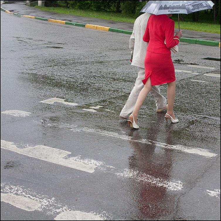Переходить - переход он она красное зонтик переход дождь фото фотосайт
