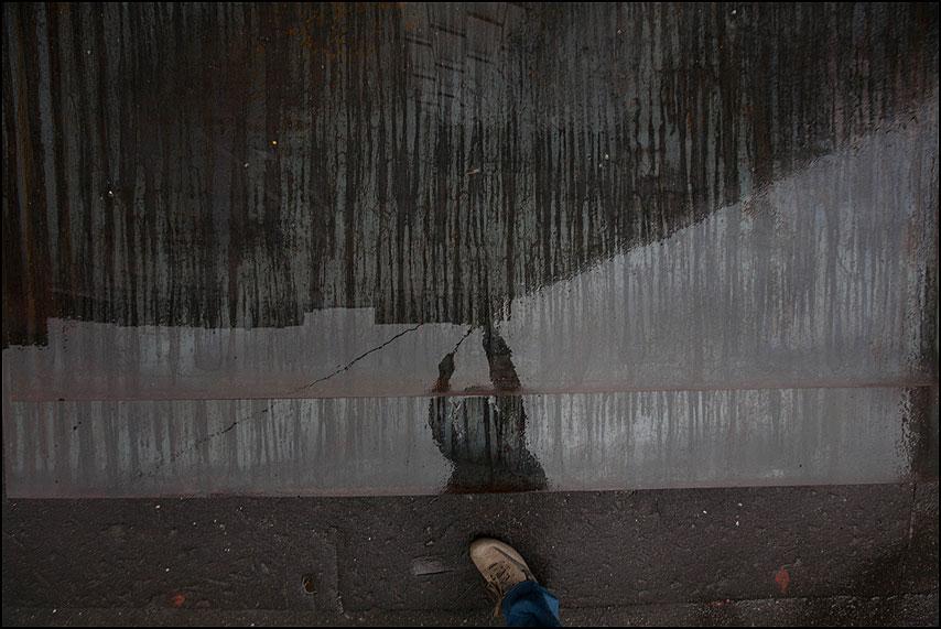 Маляр - нога жесть железо дождь фото фотосайт