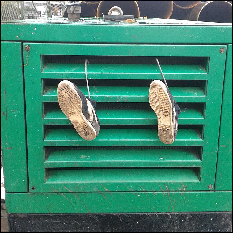 Упал, очнулся - гипс - ноги тапки кеды стройка зеленый квадрат палитра фото фотосайт