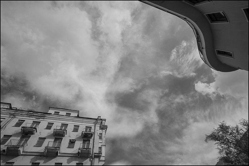 Изгиб гитары желтой - олег митяев небо город дома монохромное облачка фото фотосайт