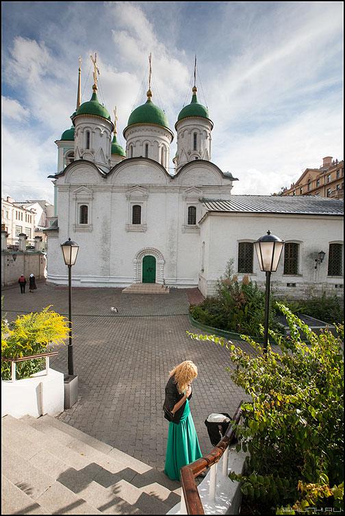 Церковь на Сретенке - церковь молиться цветное цвет купола небо девушка фото фотосайт