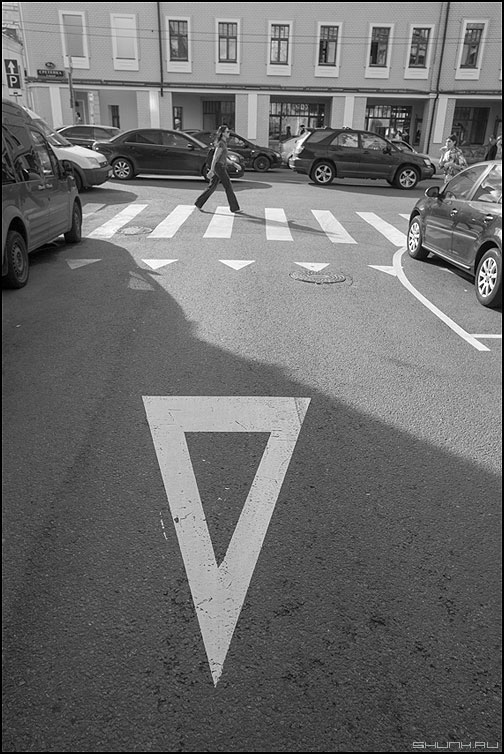 Это знак - знак асфальт переход улица переходить чернобелое фото фотосайт