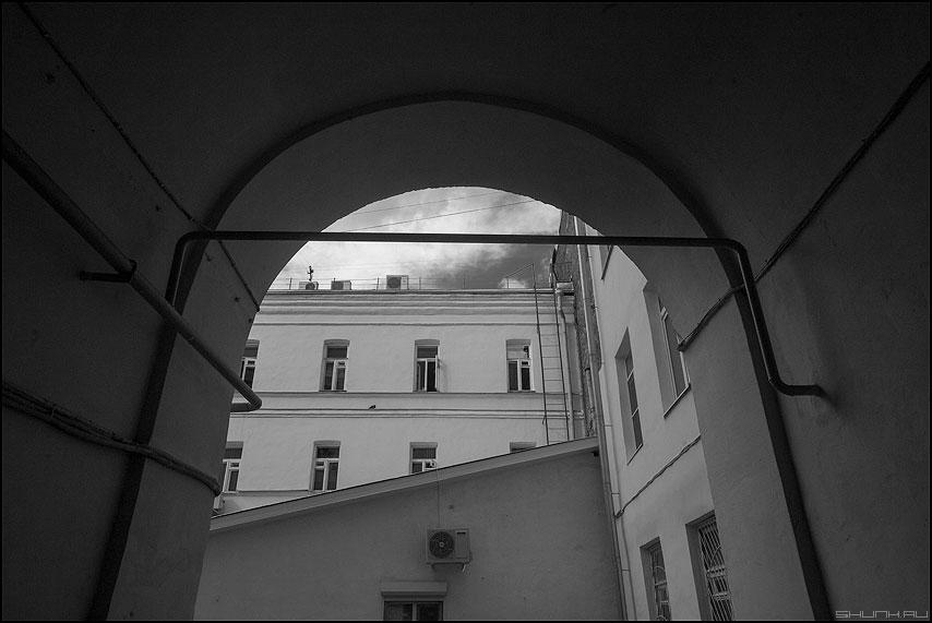 Георетрическое место точек - пространство архитектура линии труба чернобелое фото фотосайт