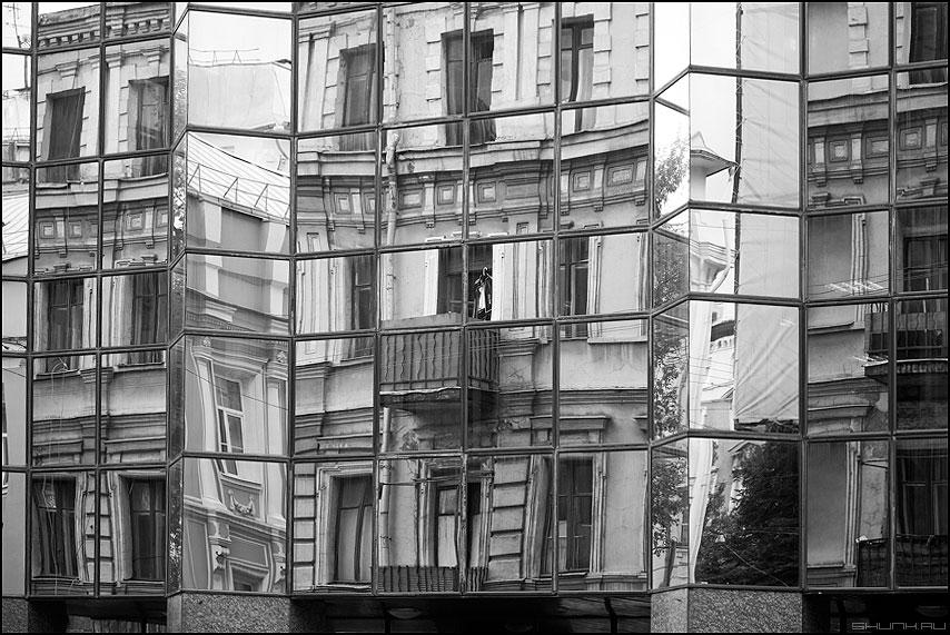 Отражение города само в себе - отражение зеркальное квадраты решетка фото фотосайт